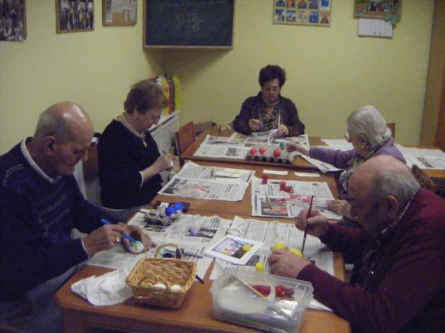 pintando-huevos-pintos-residencia-geriatrica-santa-cecilia-siero