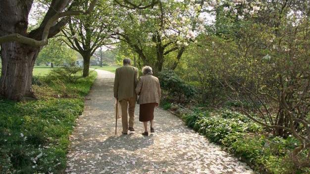 caminar-ancianos-residencia-pola-de-siero